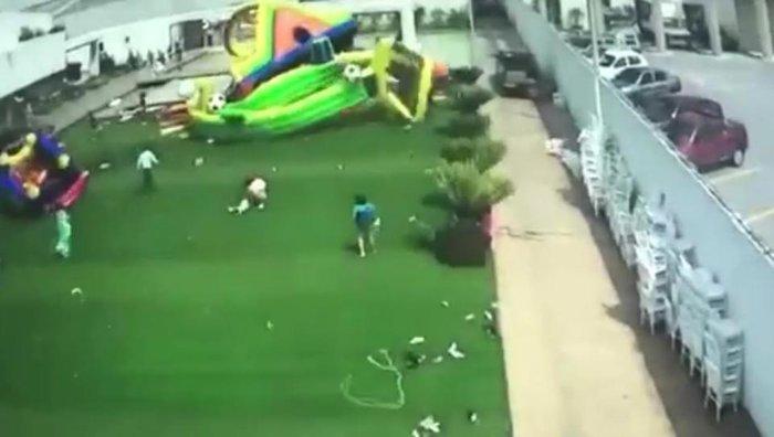 Η τρομακτική στιγμή που άνεμος παρασέρνει φουσκωτό με παιδιά -βιντεο - εικόνα 3