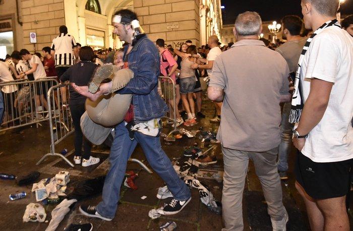Παρ' ολίγον τραγωδία στην Ιταλία: 1.400 τραυματίες στο Τορίνο - εικόνα 6