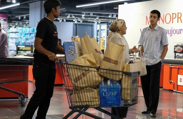 Πανικός: Οι Καταριανοί αδειάζουν τα ράφια των σούπερ μάρκετ