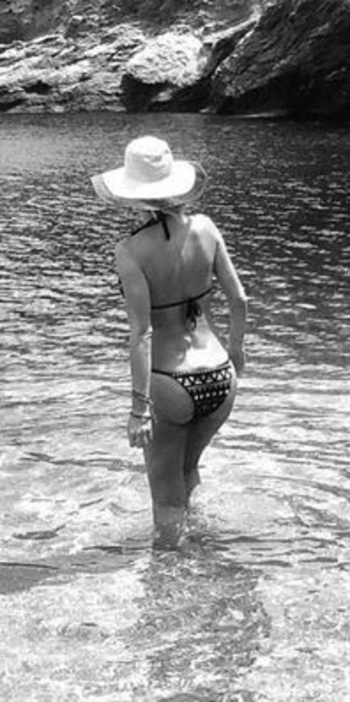 Η ασυνήθιστη ολόσωμη φωτογραφία της Ελένης Μενεγάκη με το μπικίνι της