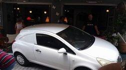 Ξάνθη: Αυτοκίνητο εισέβαλε σε καφετέρια -φωτό