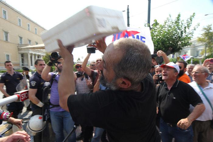 Διαδηλωτές του ΠΑΜΕ πέταξαν σαρδέλες στο προαύλιο της Βουλής (φωτό) - εικόνα 4