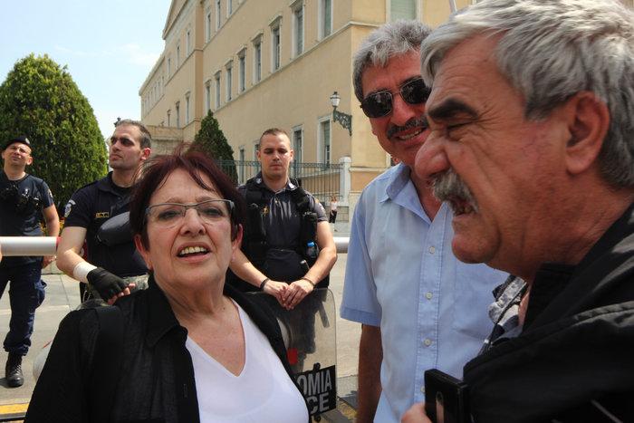 Διαδηλωτές του ΠΑΜΕ πέταξαν σαρδέλες στο προαύλιο της Βουλής (φωτό) - εικόνα 6