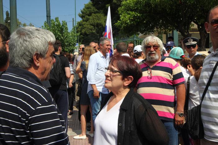 Διαδηλωτές του ΠΑΜΕ πέταξαν σαρδέλες στο προαύλιο της Βουλής (φωτό) - εικόνα 7