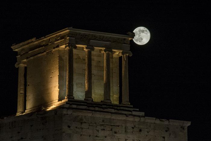 H πρώτη πανσέληνος του καλοκαιριού πάνω από την Ακρόπολη - εικόνα 2