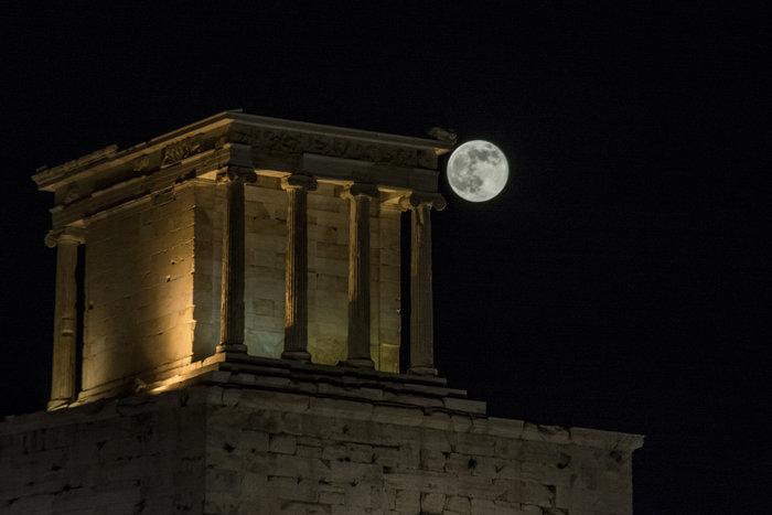 H πρώτη πανσέληνος του καλοκαιριού πάνω από την Ακρόπολη - εικόνα 3