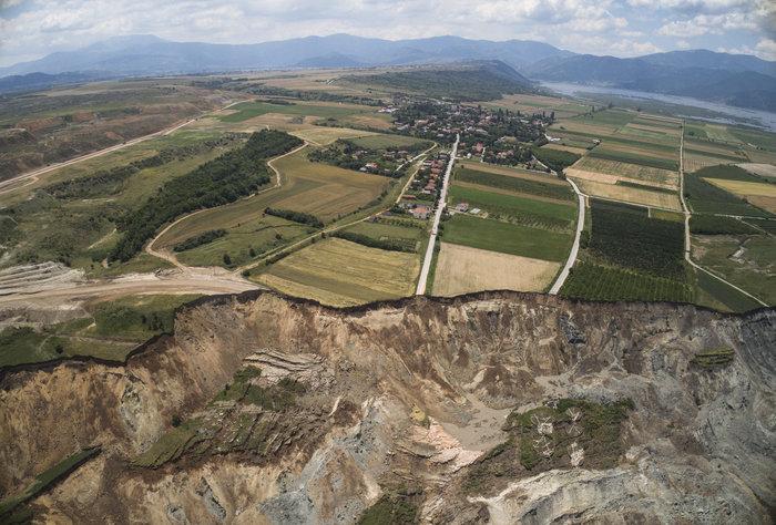 Εικόνες βιβλικής καταστροφής από την κατολίσθηση στο ορυχείο Αμυνταίου - εικόνα 7