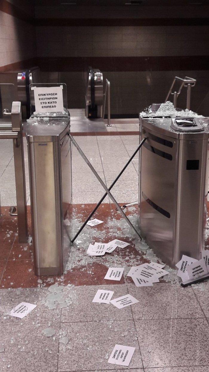 Βάνδαλοι τα έκαναν γυαλιά-καρφιά στο σταθμό του Μετρό «Κεραμεικός» -φωτό - εικόνα 2