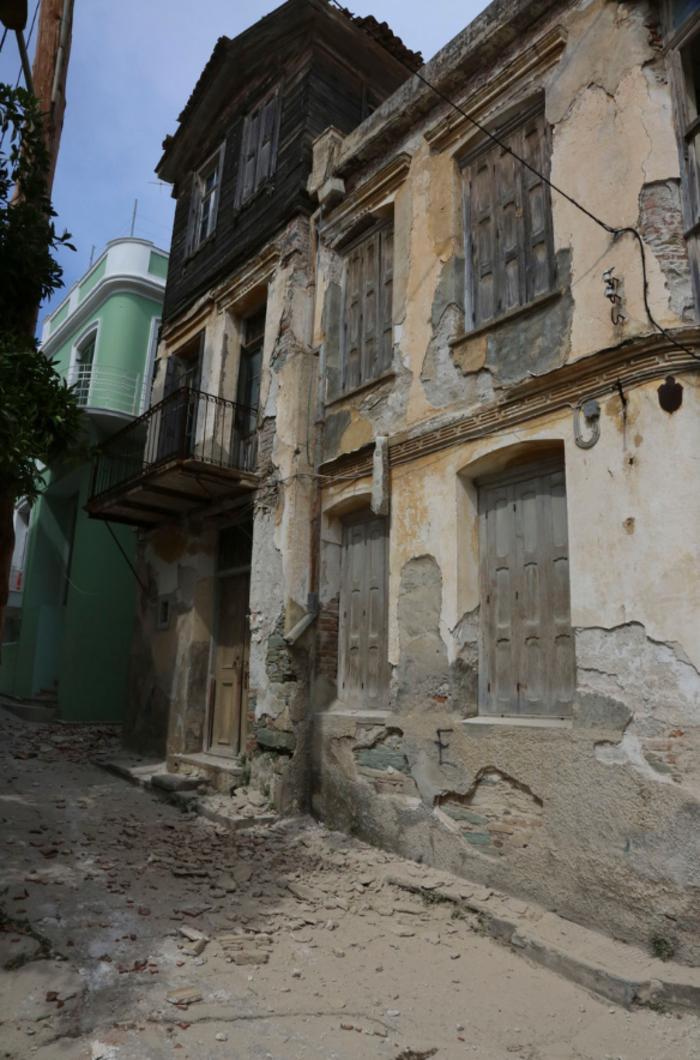 Εικόνες βιβλικής καταστροφής στη Λέσβο - Μια γυναίκα νεκρή