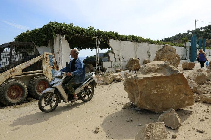 Εικόνες βιβλικής καταστροφής στη Λέσβο - Μια γυναίκα νεκρή - εικόνα 6