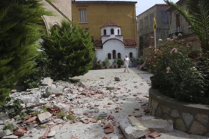 Εικόνες βιβλικής καταστροφής στη Λέσβο - Μια γυναίκα νεκρή - εικόνα 9
