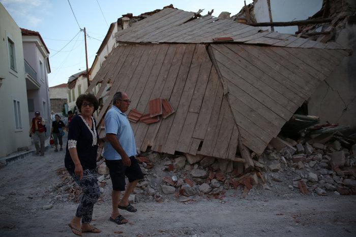 Εικόνες βιβλικής καταστροφής στη Λέσβο - Μια γυναίκα νεκρή - εικόνα 5