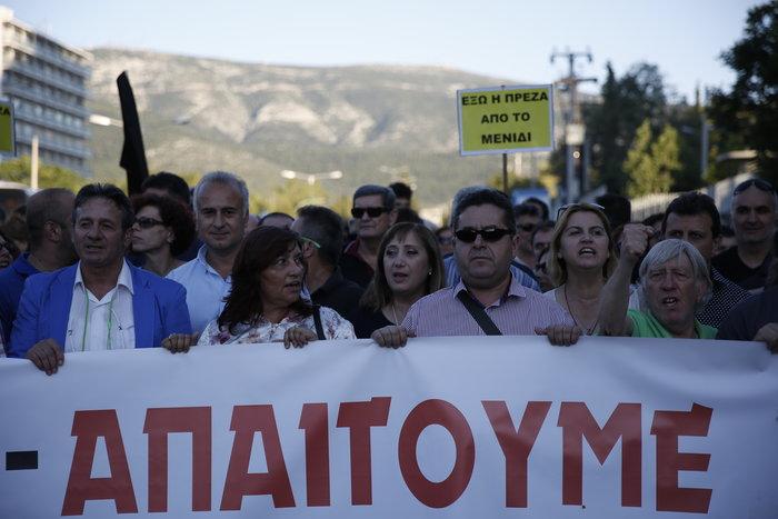 Εξω από το γραφείο του Τόσκα συγκέντρωση πολιτών του Μενιδίου - εικόνα 3