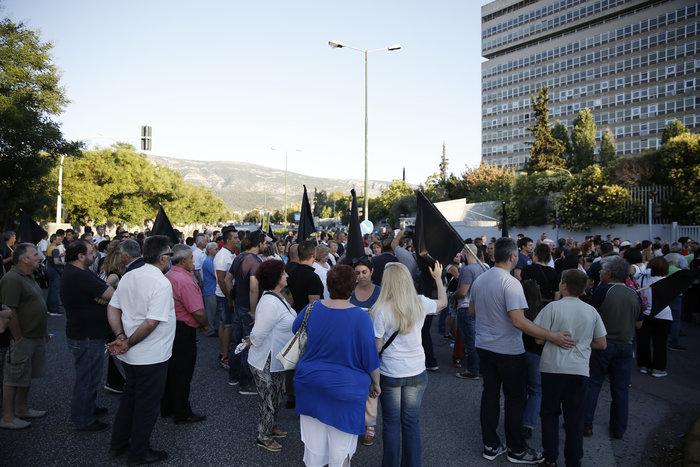 Εξω από το γραφείο του Τόσκα συγκέντρωση πολιτών του Μενιδίου - εικόνα 6