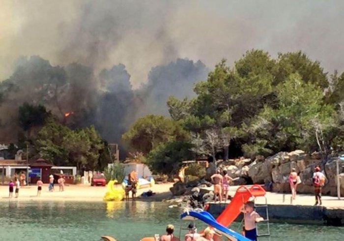 Μεγάλη φωτιά στην Ιμπίθα: Εκκενώθηκαν ξενοδοχεία στην παραλία -βιντεο - εικόνα 2