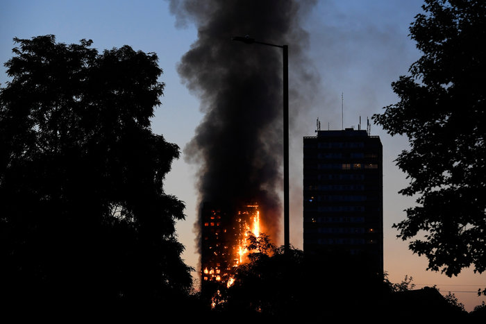 Kαρέ καρέ η τρομακτική φωτιά σε πύργο του Λονδίνου