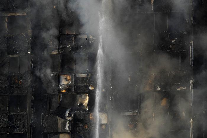 Kαρέ καρέ η τρομακτική φωτιά σε πύργο του Λονδίνου - εικόνα 8
