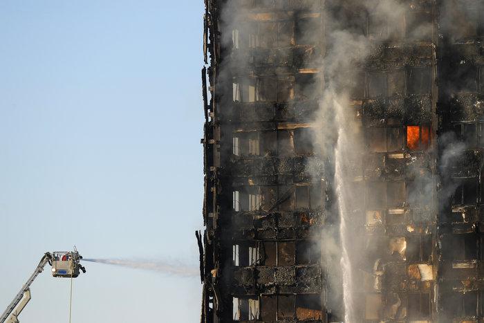 Kαρέ καρέ η τρομακτική φωτιά σε πύργο του Λονδίνου - εικόνα 9