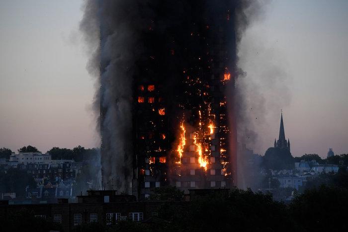 Kαρέ καρέ η τρομακτική φωτιά σε πύργο του Λονδίνου - εικόνα 11