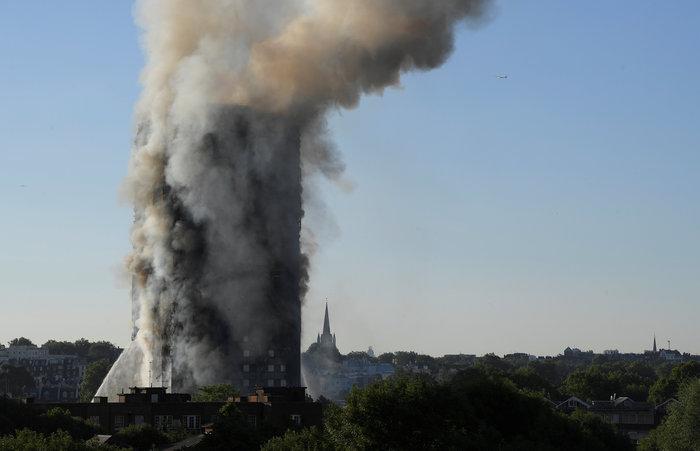 Kαρέ καρέ η τρομακτική φωτιά σε πύργο του Λονδίνου - εικόνα 13