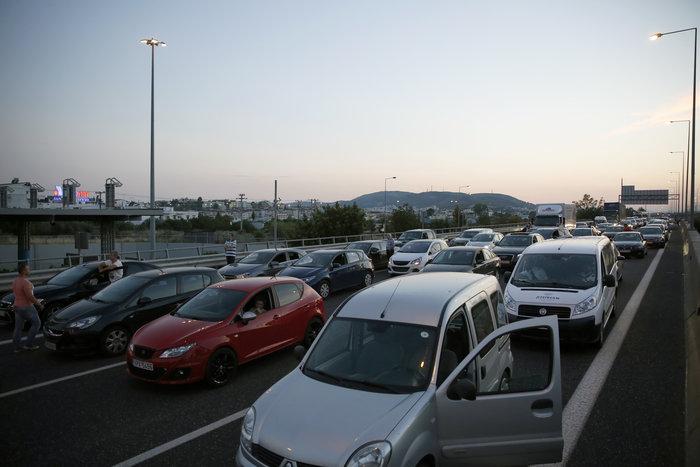 Εκλεισαν την Αττική Οδό οι κάτοικοι του Μενιδίου - εικόνα 2