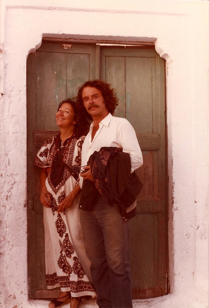 Ο Γιάννης Φακής με την Ντέπη Φελουκατζή, 1984, Φοινικιά, Σαντορίνη