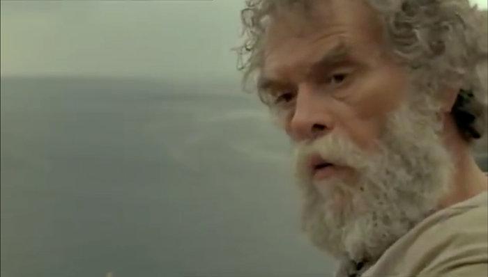 O Γιάννης Φακής, σε φωτογραφικό απόσπασμα της ταινίας «Οι Νύφες», 2002, Συνετί, Άνδρος