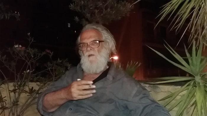 Ο Γιάννης Φακής σε φωτογραφικό απόσπασμα βιντεοσκοπημένης συζήτησης με τον γιο του, 2016, Κουκάκι, Αθήνα