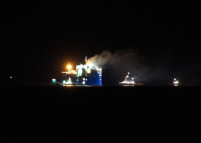 Φωτιά σε φορτηγό οχηματαγωγό πλοίο Το πλήρωμα προχωρά σε εγκατάλειψη του - εικόνα 2