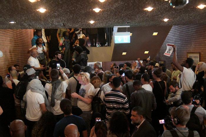 Διαδηλωτές μπούκαραν σε δημαρχείο του Λονδίνου ζητώντας «δικαιοσύνη» - εικόνα 2