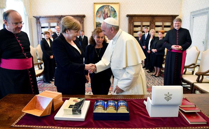 Παιδικό ενθουσιασμό προκάλεσε το δώρο της Μέρκελ στον Πάπα - εικόνα 2