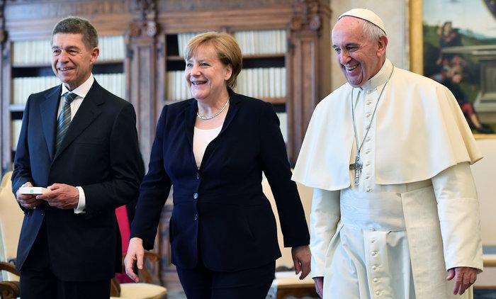 Παιδικό ενθουσιασμό προκάλεσε το δώρο της Μέρκελ στον Πάπα