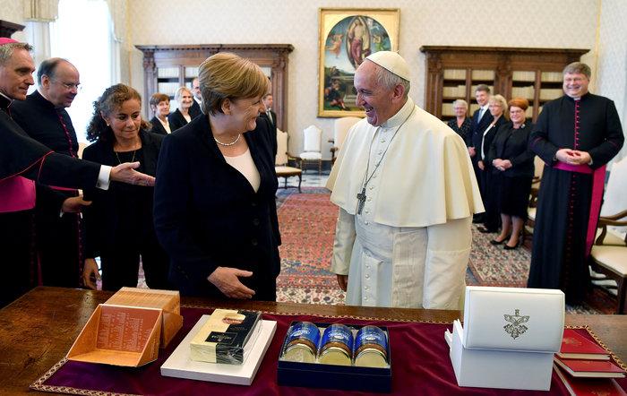 Παιδικό ενθουσιασμό προκάλεσε το δώρο της Μέρκελ στον Πάπα - εικόνα 3