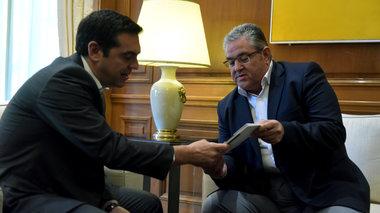 koutsoumpas-trolarei-tsipra-me-biblio-gia-tin-oktwbriani-epanastasi