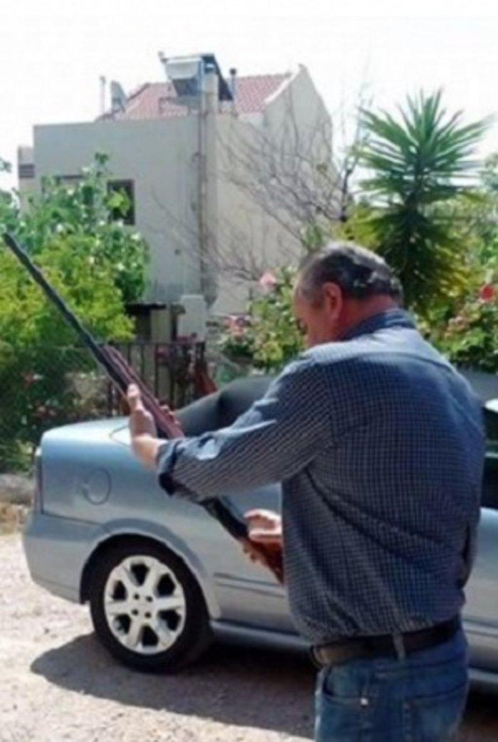 Πυροβολεί στον αέρα σε σχολικό χώρο ο αντιδήμαρχος της Φυλής - εικόνα 2