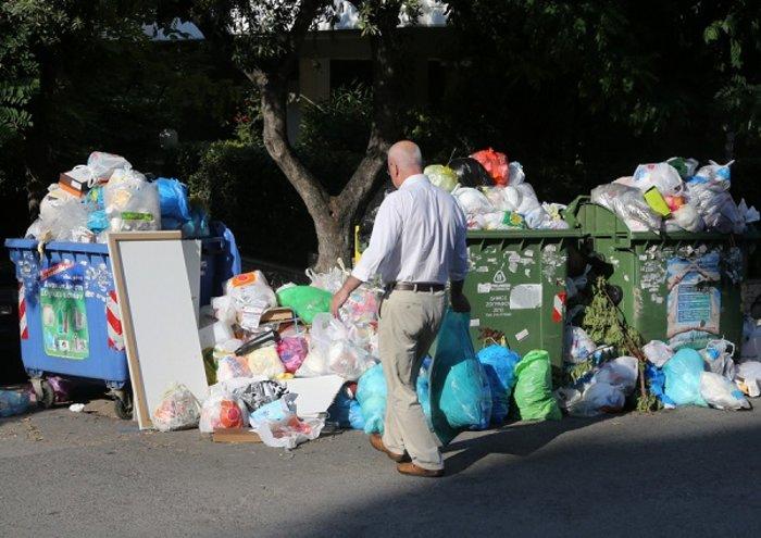 «Πόλεμος» για τα σκουπίδια: Ενταση και χημικά στο κέντρο - εικόνα 13