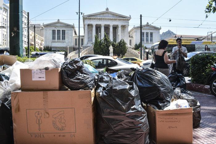 «Πόλεμος» για τα σκουπίδια: Ενταση και χημικά στο κέντρο - εικόνα 9