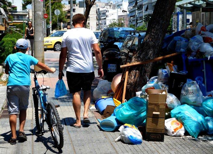 Σε κλοιό σκουπιδιών οι πόλεις - αμετακίνητοι οι εργαζόμενοι