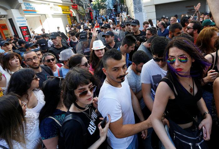 Συλλήψεις & πλαστικές σφαίρες στο Gay Pride στην πλατεία Ταξίμ - εικόνα 2
