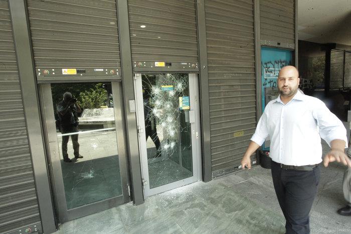 Επίθεση αγνώστων στο Νομικό Συμβούλιο & τράπεζες στο κέντρο - εικόνα 2