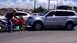 Μοτοσικλέτα vs παράνομου SUV: Σημειώσατε ένα!
