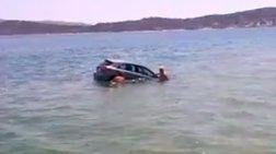 Σαλαμίνα: Επεσε το ΙΧ στη θάλασσα και το ...ψάρεψε μέχρι την ακτή