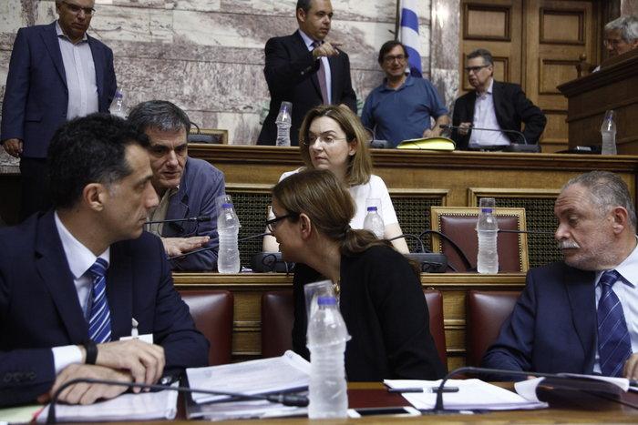 Εκρηκτικοί διάλογοι στη Βουλή για τις αμοιβές των μελών του υπερταμείου