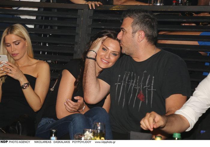 Αντώνης Ρέμος - Υβόννη Μπόσνιακ: Τα τρυφερά φιλιά σε βραδινή έξοδο - εικόνα 3