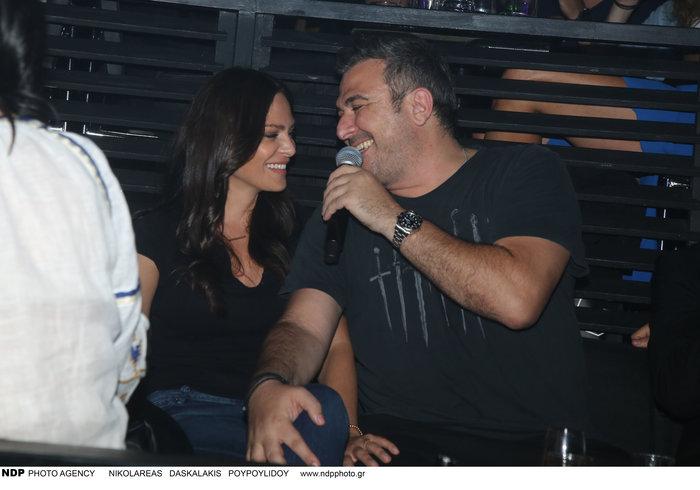 Αντώνης Ρέμος - Υβόννη Μπόσνιακ: Τα τρυφερά φιλιά σε βραδινή έξοδο - εικόνα 4