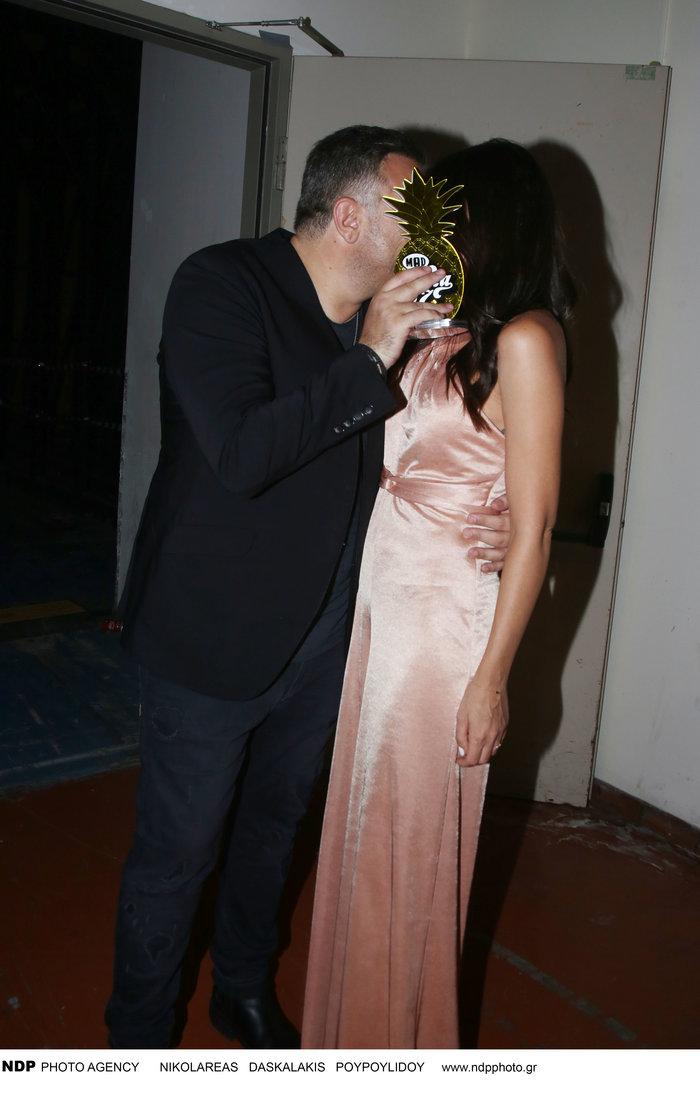 Αντώνης Ρέμος - Υβόννη Μπόσνιακ: Τα τρυφερά φιλιά σε βραδινή έξοδο - εικόνα 6