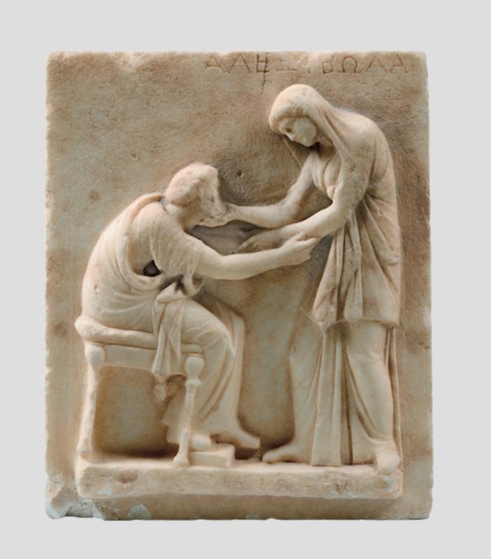 Επιτύμβιος κυβόλιθος με σκηνή δεξίωσης – αποχαιρετισμούΑρχές 3ου αι. π.Χ.ΜάρμαροΑπό το νεκροταφείο της Αρχαίας ΘήραςΑρχαιολογικό Μουσείο Θήρας