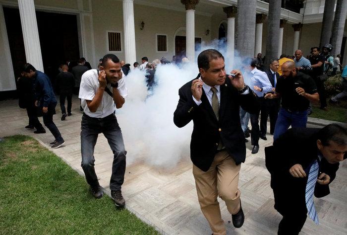 Βενεζουέλα: Αιματηρή εισβολή οπαδών του Μαδούρο στο κοινοβούλιο-video