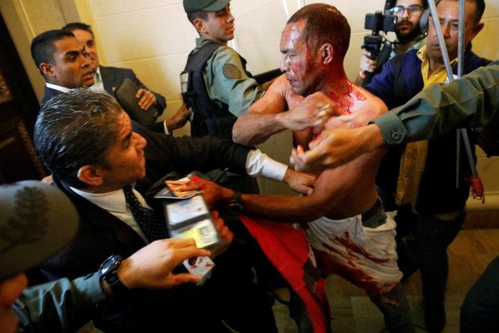 Βενεζουέλα: Αιματηρή εισβολή οπαδών του Μαδούρο στο κοινοβούλιο-video - εικόνα 2