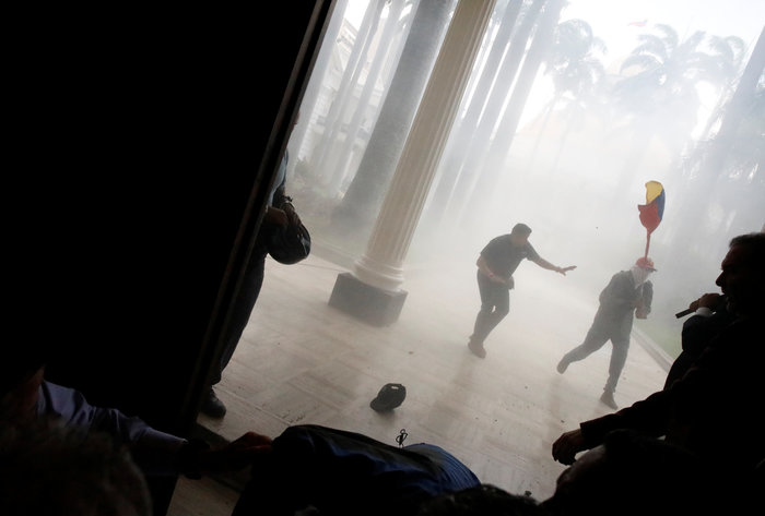 Βενεζουέλα: Αιματηρή εισβολή οπαδών του Μαδούρο στο κοινοβούλιο-video - εικόνα 4